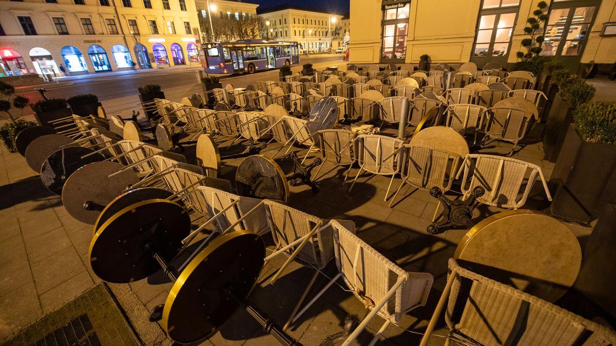 Eine Gaststätte am Odeonsplatz hat sich auf den Sturm vorbereitet und alle Tische und Stühle auf den Boden gelegt.