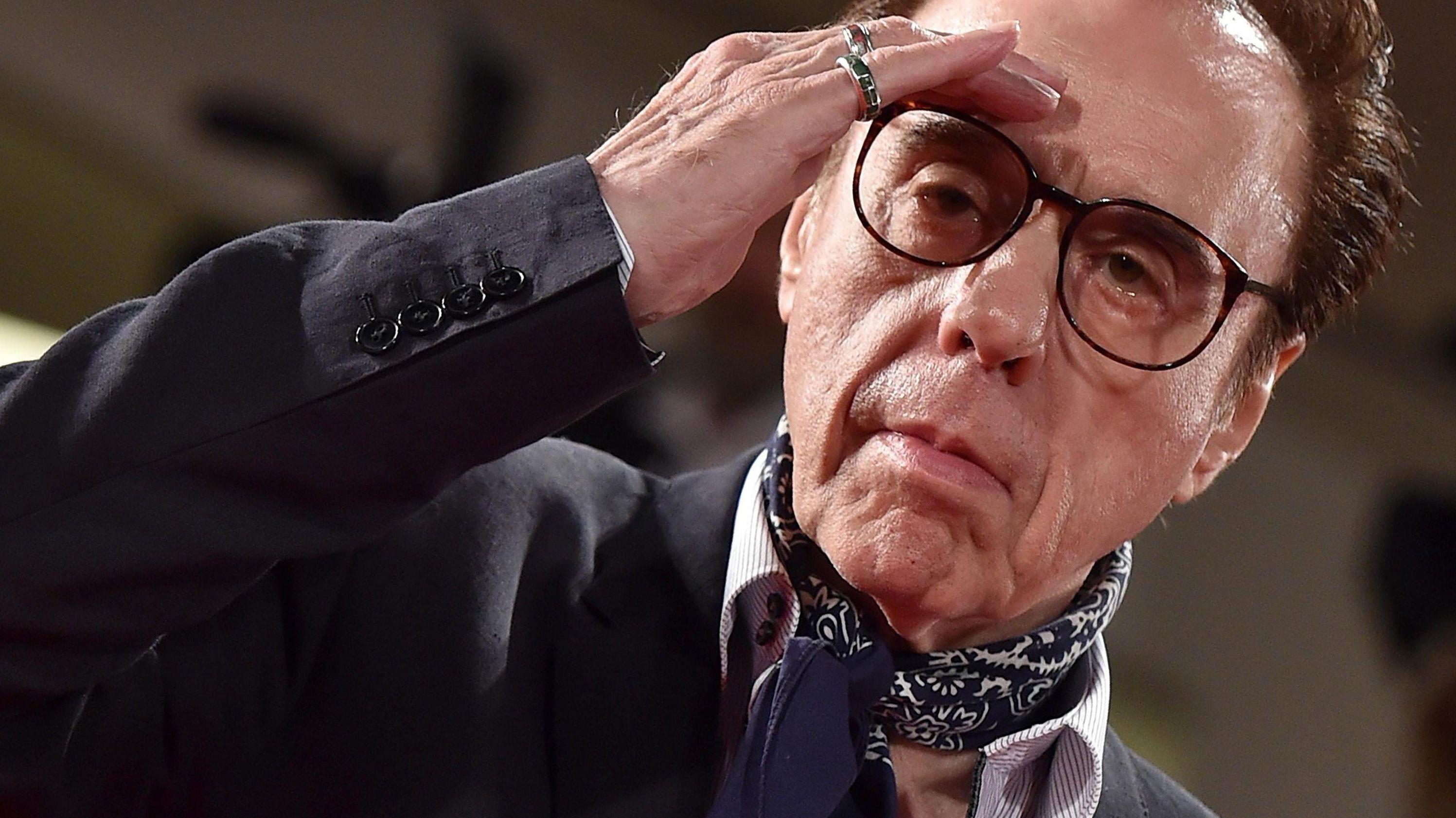 Peter Bogdanovich greift sich elegant an die Stirn und blickt in die Kamera