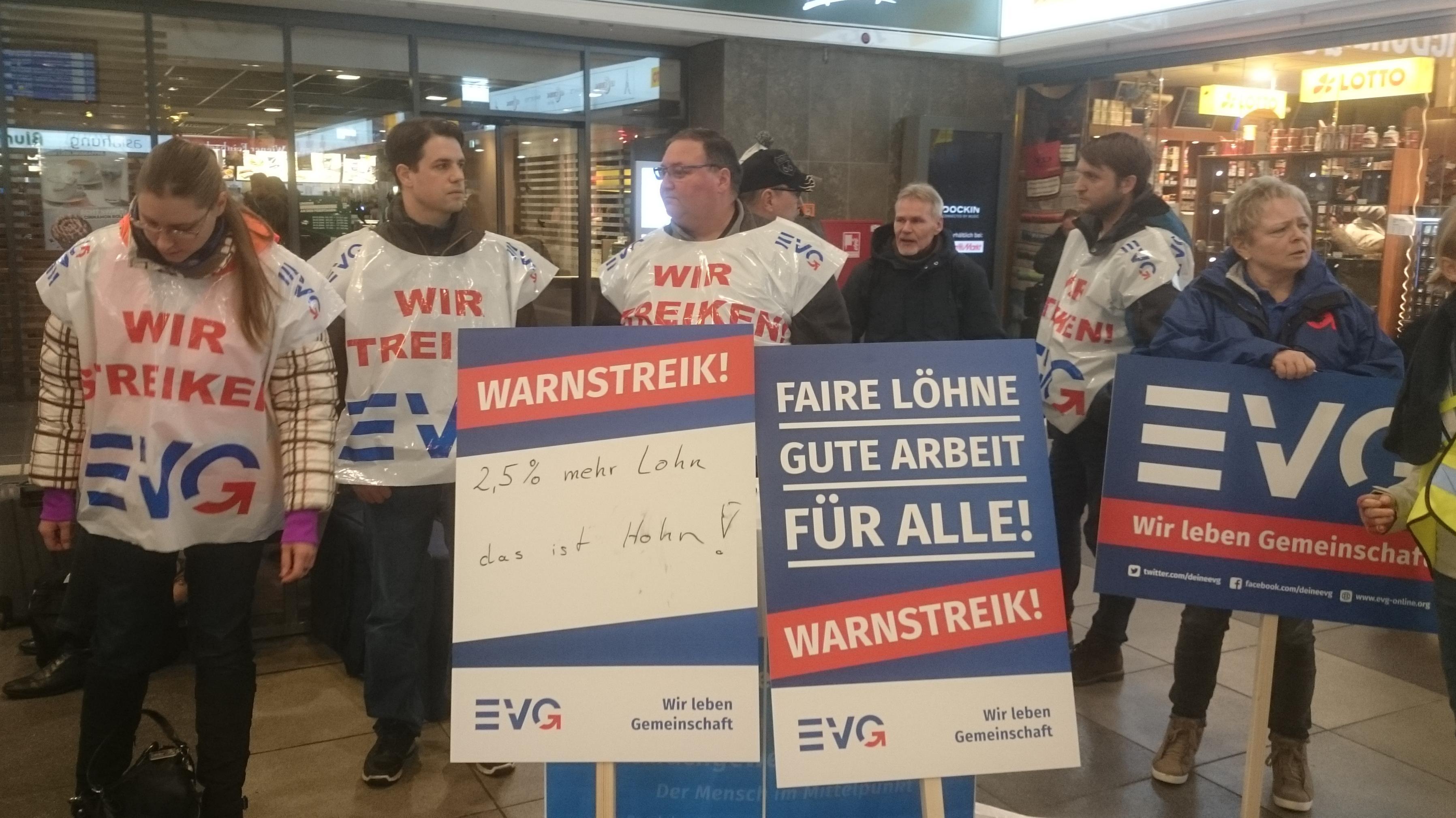 Streikende am Bahnhof in Würzburg