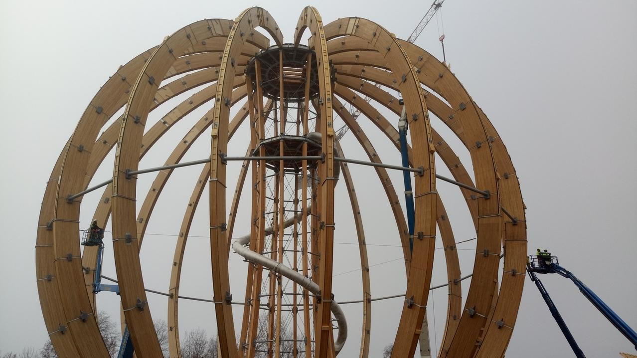 Die Erlebnisholzkugel am Steinberger See ist fast fertig montiert und soll an Weihnachten öffnen.