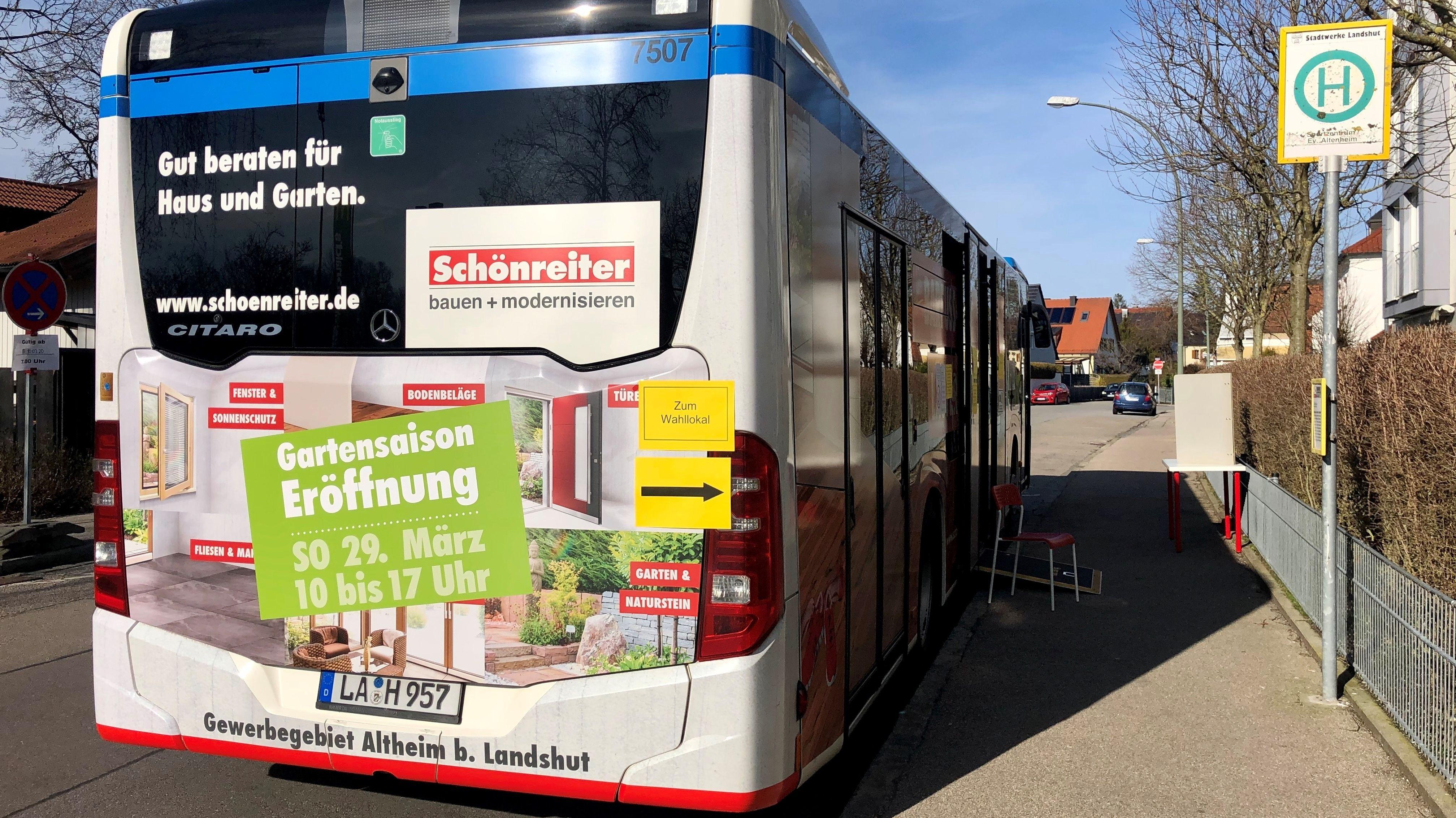 Ein Bus als Wahllokal in Landshut