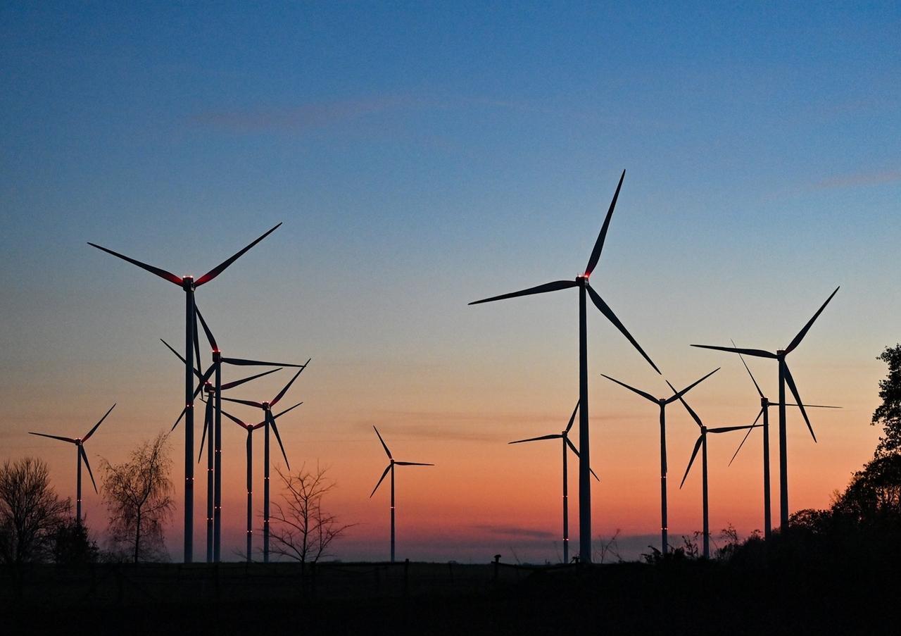 Symbobild Windenergie: Abendrot über einem Windpark in Brandenburg