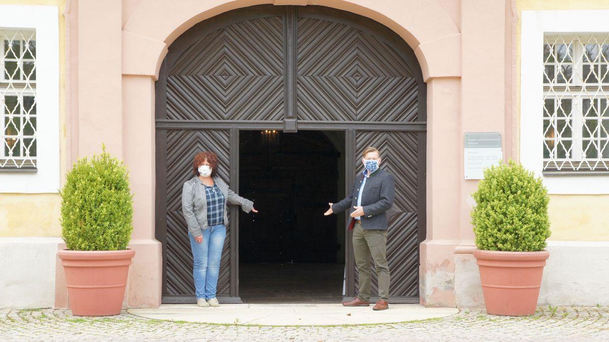Mitarbeiterin Erika Hassler und Museumsleiter Martin Schreiner (v.li.) stehen bereit und warten auf die ersten Besucher