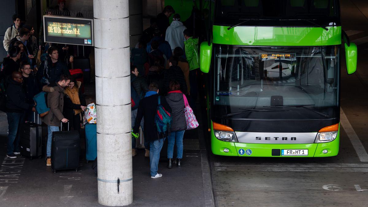 Reisende am Münchner Zentralen Omnibusbahnhof am 17. März 2020.