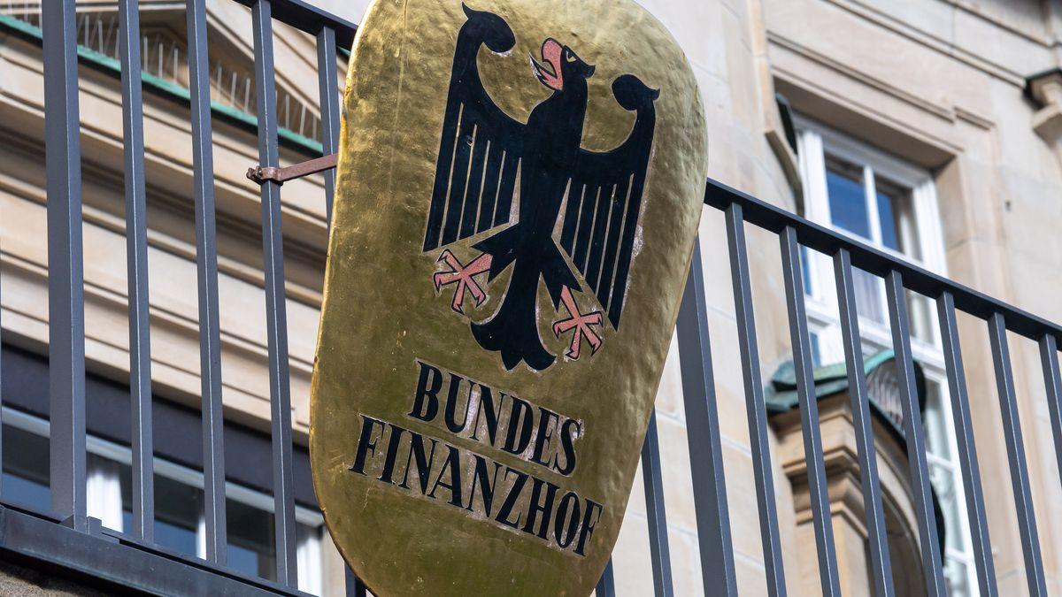 """Das Wort """"Bundesfinanzhof"""" ist auf einem Schild am Balkon des Bundesfinanzhof im Stadtteil München Bogenhausen unter dem Bundesadler zu lesen."""