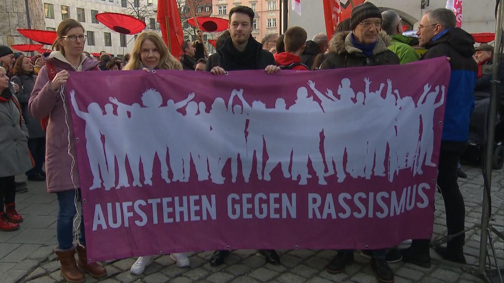 Mehr als 1.500 Menschen demonstrieren in München gegen Pegida