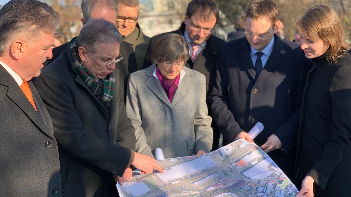 Kulmbachs Oberbürgermeister Henry Schramm zeigt Bauminister Hans Reichhart und weiteren Politikern die Pläne für den zukünftigen Universitäts-Campus.