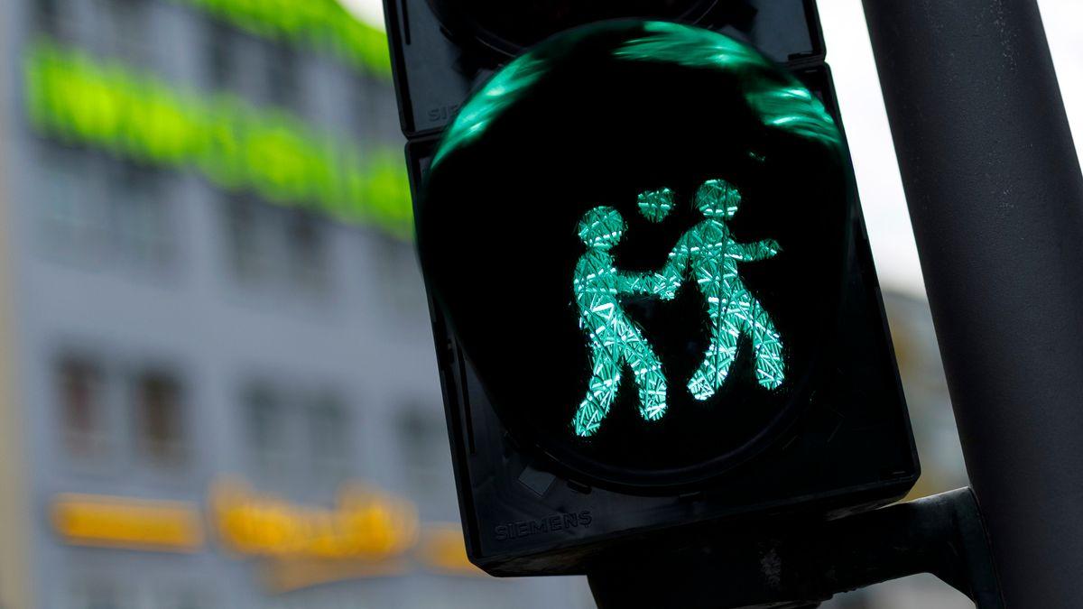 Ampelmännchen in Köln zeigen gleichgeschlechtliche Paare.