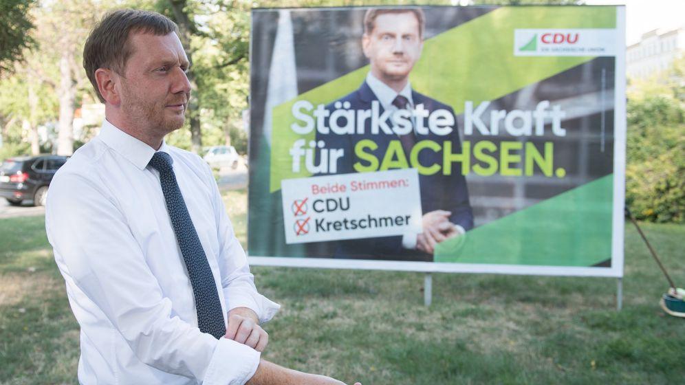 Sachsens Ministerpräsident Kretschmer vor einem CDU-Wahlplakat | Bild:dpa/Sebastian Kahnert