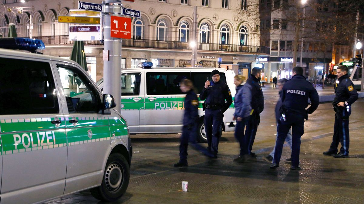 Polizeieinsatz nach Gewalttat gegen Feuerwehrmann auf dem Augsburg Königsplatz im Dezember 2019