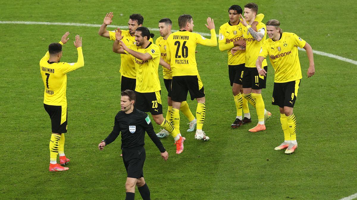 Schiedsrichter Felix Brych aus München gibt nach Rücksprache mit seinem Videoassistenten Günter Perl aus Pullach das 3:0 für Borussia Dortmund.