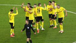 Schiedsrichter Felix Brych aus München gibt nach Rücksprache mit seinem Videoassistenten Günter Perl aus Pullach das 3:0 für Borussia Dortmund. | Bild:dpa-Bildfunk/Maja Hitij/Getty-Pool