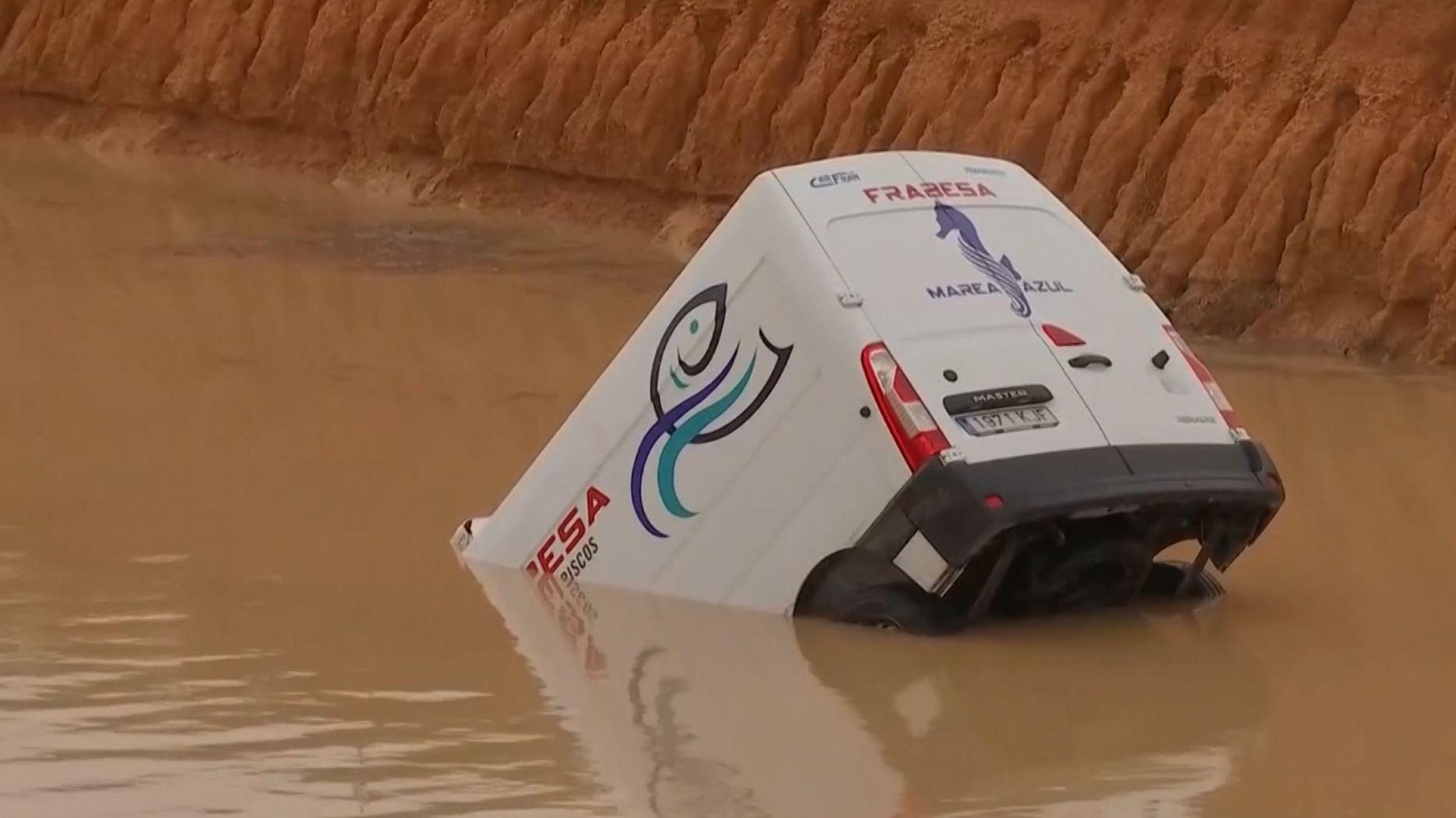 Auto versinkt in einem Fluss