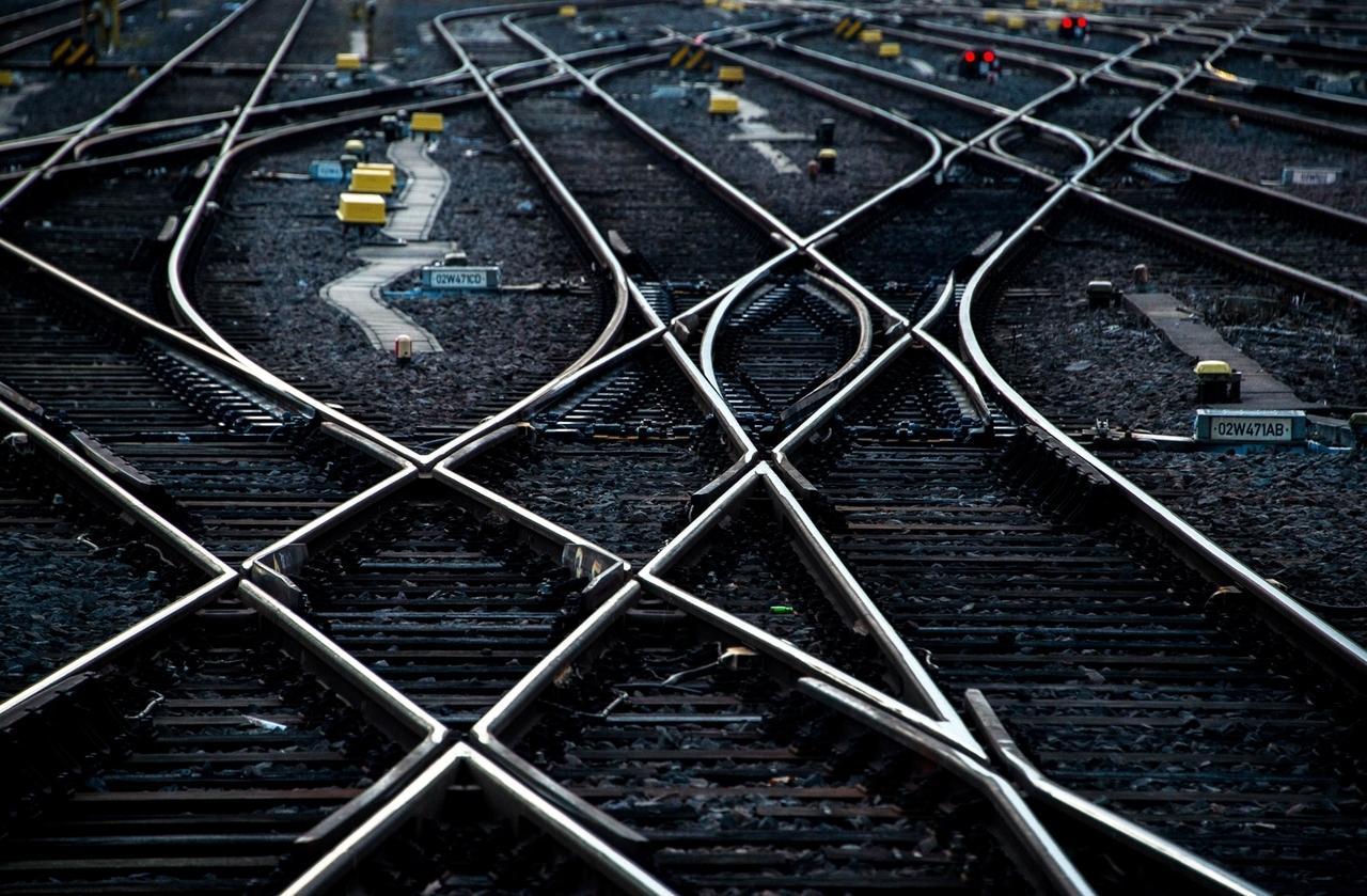 Schienen kreuzen sich auf einem Bahnhof