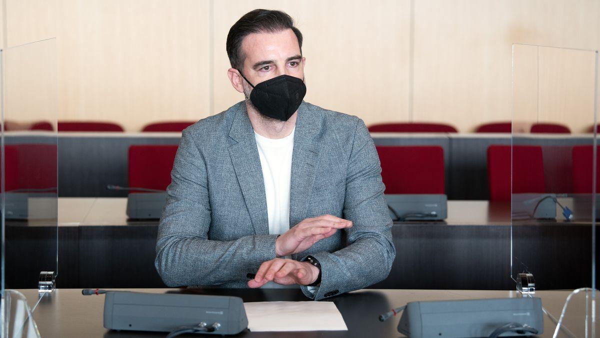 Der angeklagte Christoph Metzelder, ehemaliger Fußball-Nationalspieler, sitzt in einem Saal des Amtsgerichts auf der Anklagebank (29.4.2021).