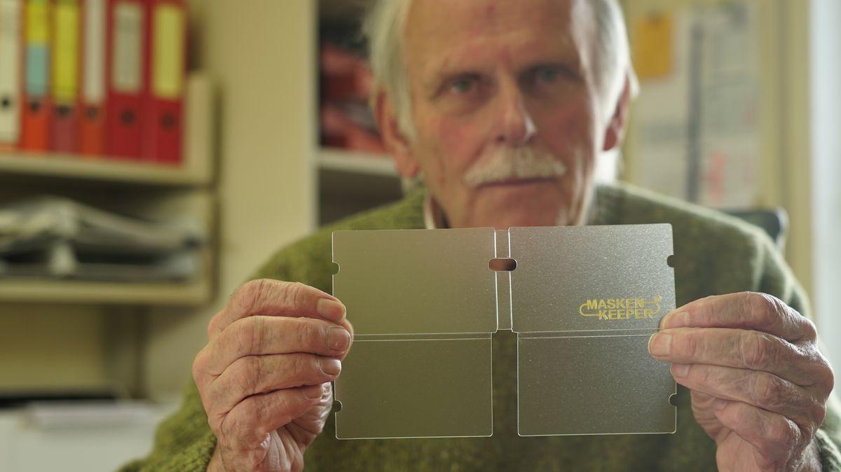 """Der """"Maskenkeeper"""" ist eine scheckkartengroße Plastikverpackung für Masken."""