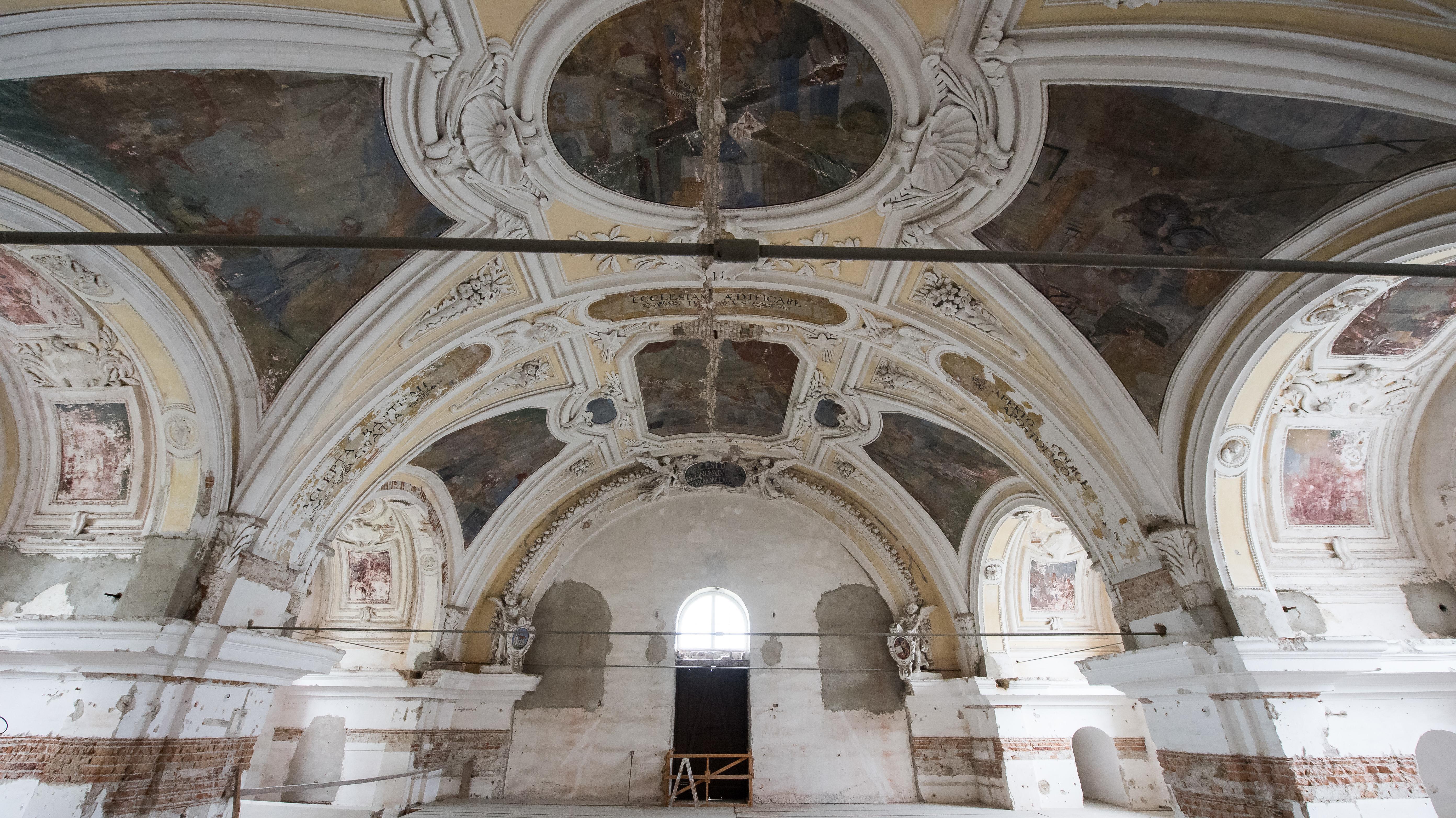 Das teilweise defekte Deckengemälde des nicht öffentlich zugänglichen Domgewölbes des Inseldoms auf der Insel Herrenchiemsee.
