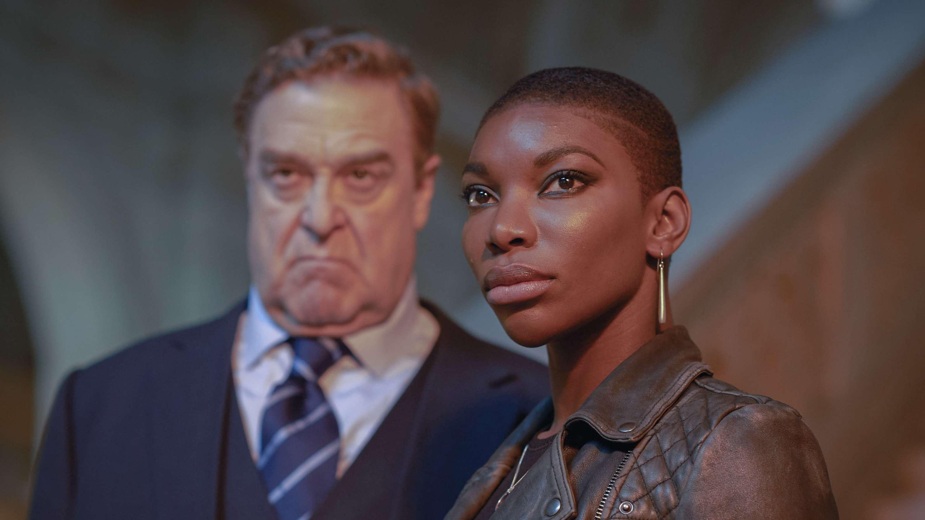"""Die Anwältin Kate Ashby gespielt von Michaela Coel steht auf einer Treppe in der Serie """"Black Earth Rising"""""""