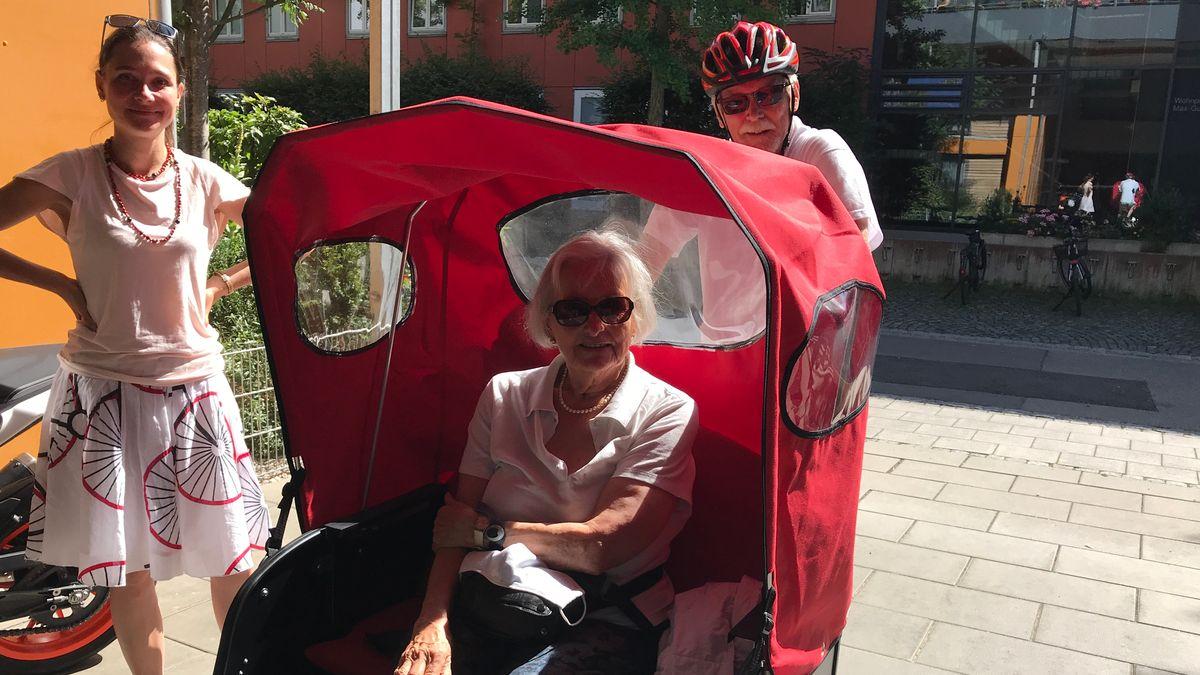 Frischluft und Fahrdwind: Mit der Fahrradrikscha geht es für Rosemarie Dachs aus Augsburg ans Ufer der Wertach.