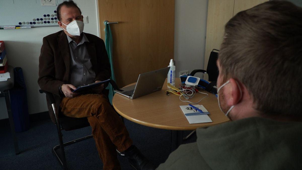 Thomas Loew, Professor für Psychosomatik an der Universität Regensburg, führt ein Behandlungsgespräch mit dem Patienten