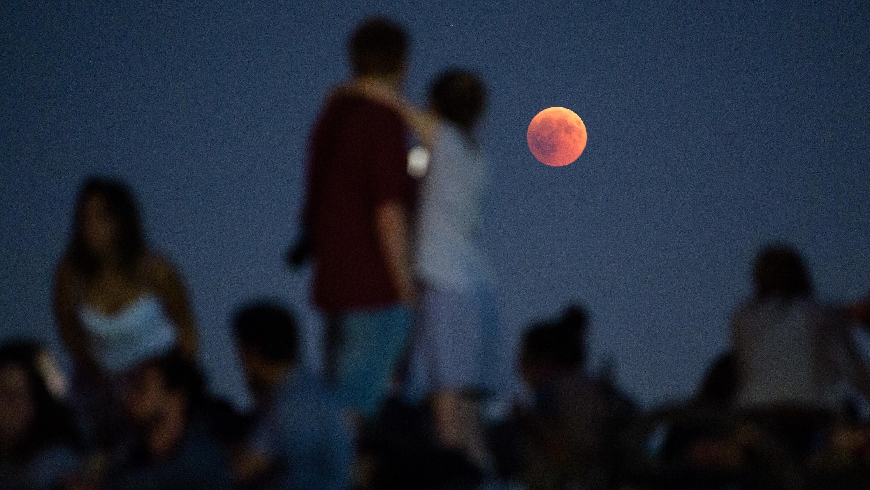 Junge Menschen beobachten während der Mondfinsternis den Blutmond in München