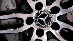 Das Logo von Mercedes Benz an der Felge eines Autos | Bild:pa/dpa/Sven Hoppe
