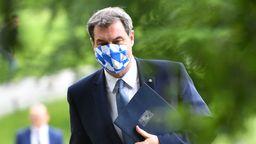 Bayerns Ministerpräsident Markus Söder mit Mund-Nasen-Schutz in Bayern Optik.    Bild:picture alliance / Sven Simon