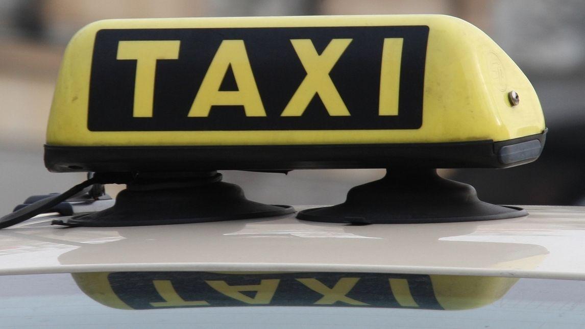 Taxi-Schild auf Autodach