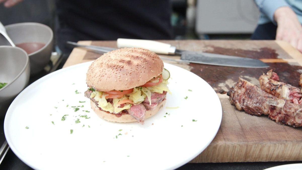 Ein Burger mit dem Fleisch der japanischen Wagyus-Rinder