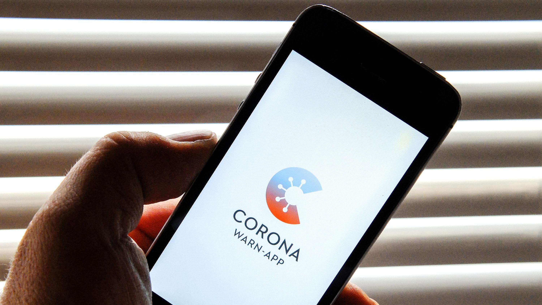 ILLUSTRATION - Auf dem Bildschirm eines Apple iPhones SE ist der vom Presse- und Informationsamt der Bundesregierung herausgegebene Startschirm einer Corona Warn-App abgebildet. Die Entwickler der Corona-Warn-App des Bundes haben den kompletten Programmcode der mit Spannung erwarteten Anwendung offengelegt.
