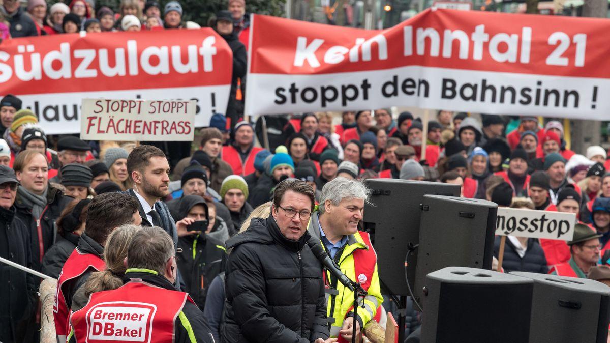 Protestaktion gegen die Pläne zum Bau einer neuen Bahntrasse durchs Inntal (Archivbild).