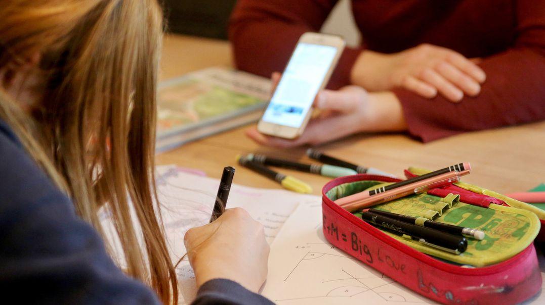 Homeschooling und Homeoffice: Für alleinerziehende Mütter und Väter sind die aktuellen Kontaktbeschränkungen eine besondere Herausforderung.