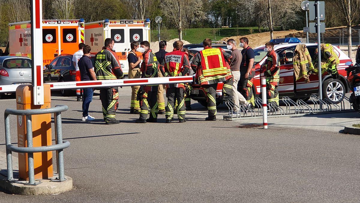 Feuerwehreinsatzkräfte auf dem Universitätsgelände.
