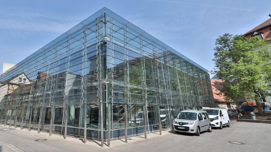 Ein gläserner Kubus, in dem sich die umliegenden Gebäude spiegeln: die Universitätsbibliothek in Bamberg