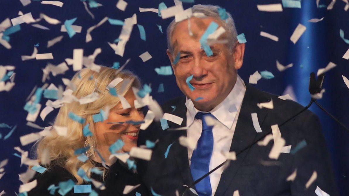 Benjamin Netanjahu, Ministerpräsident von Israel, steht neben seiner Frau Sara und bedankt sich bei seinen Anhängern. Die konservative Likud-Partei des Regierungschefs Benjamin Netanjahu ist bei Israels dritter Parlamentswahl binnen eines Jahres nach Prognosen stärkste Kraft geworden.