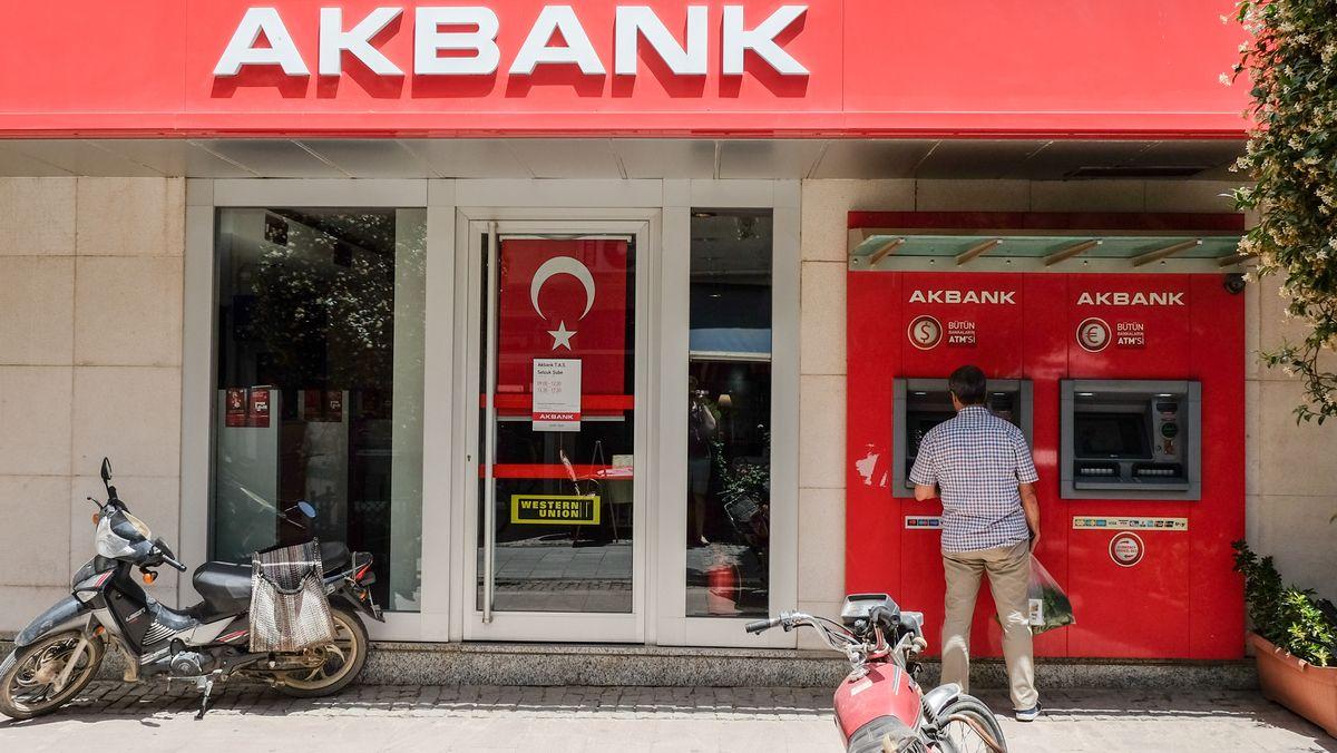 Mann vor türkischer Bank