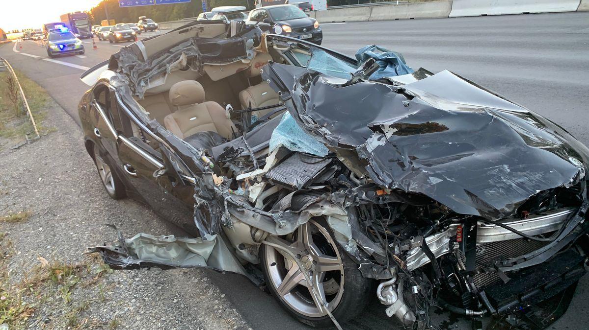 Mercedes AMG ist in Heck von Lastwagen gekracht