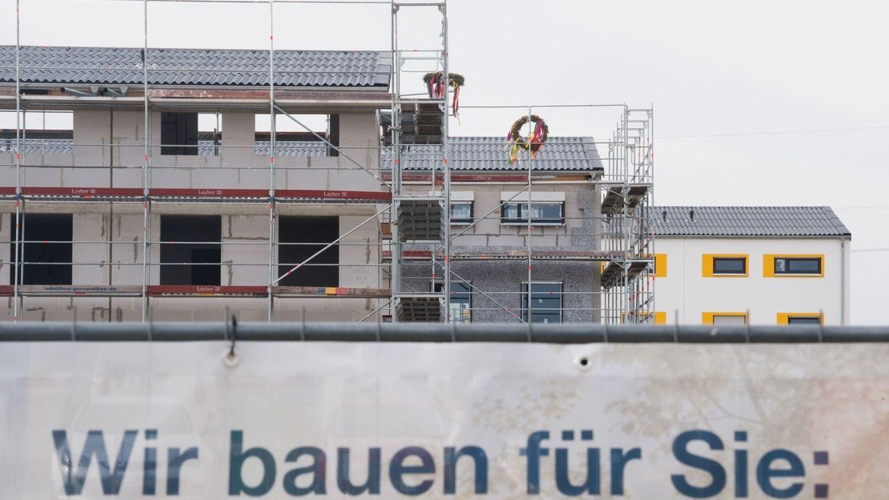 Richtkränze hängen an Neubauten (Symbolbild)