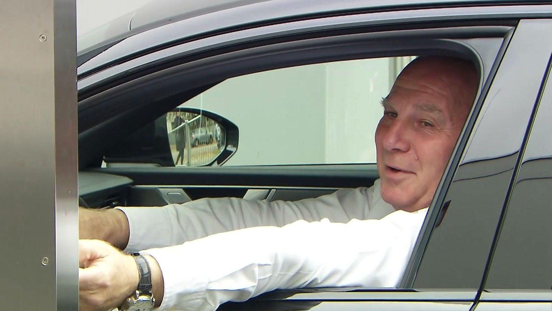 Uli Hoeneß im Auto bei der Ankunft an der Säbener Straße