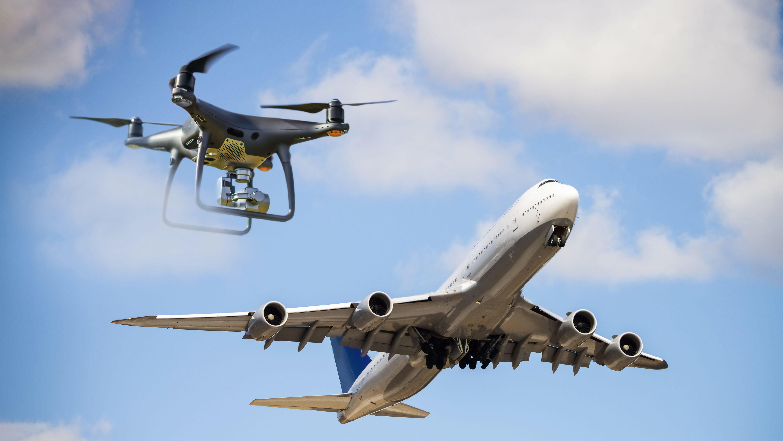 Eine Drohne kommt einem startenden Flugzeug gefährlich nahe