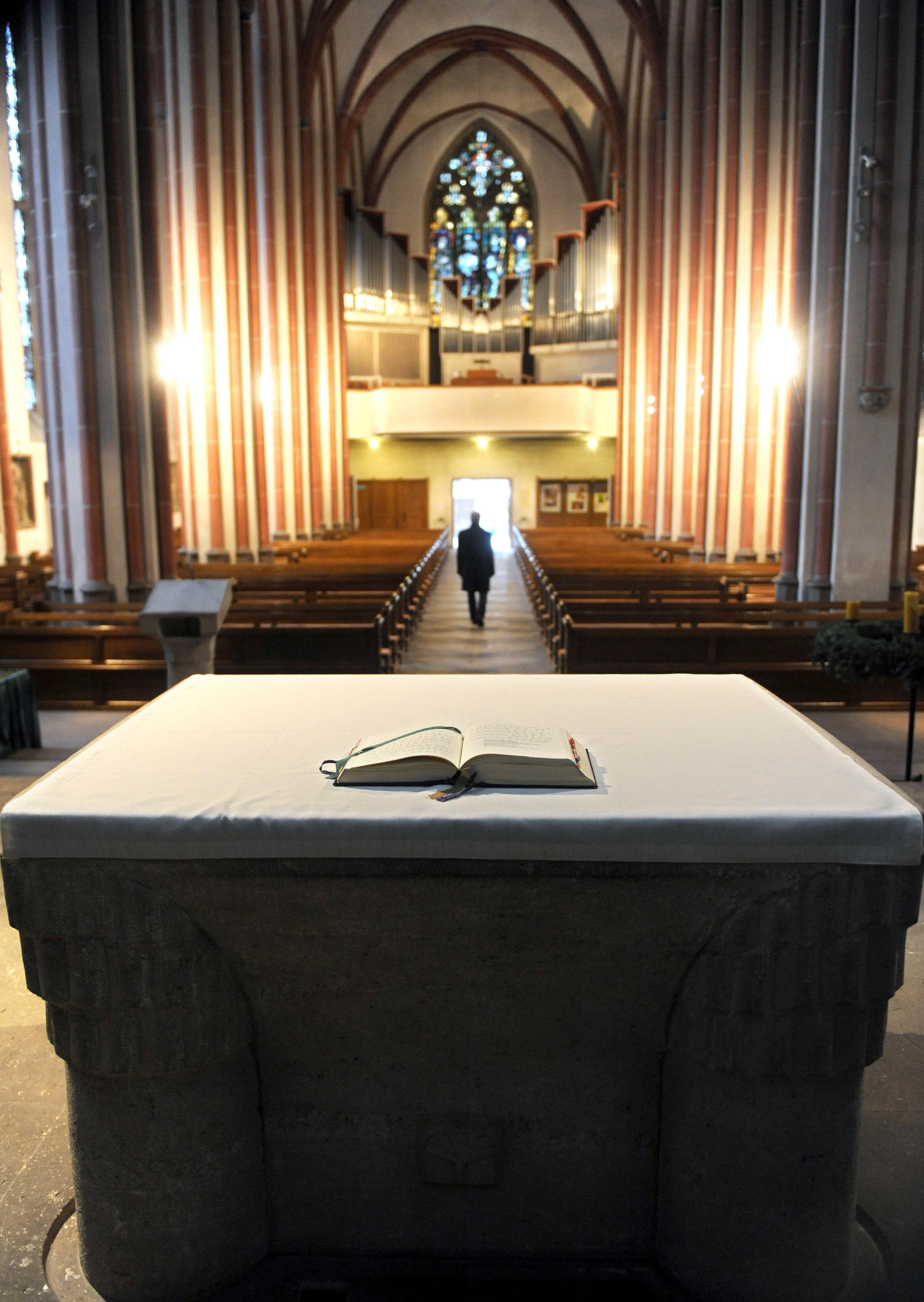 ILLUSTRATION - In dieser symbolisch nachgestellten Szene verlässt ein Mann am Mittwoch (22.12.2010) die katholische Kirche St. Johann in Bremen.