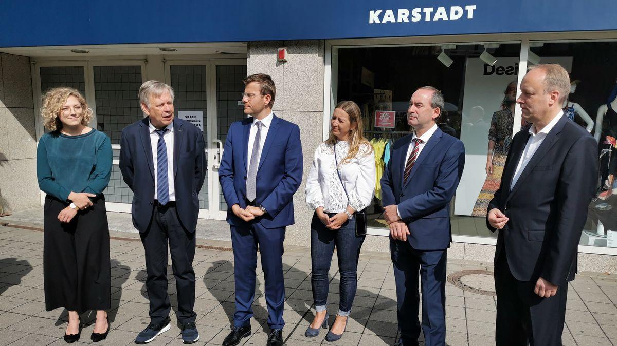 Karstadt-Filiale Nürnberg ist gerettet: Jaana Hampel (Verdi), Karl Freller (MdL), OB M. König, K. Lorenz (Betriebsrätin) Minister H. Aiwanger, R. Hass