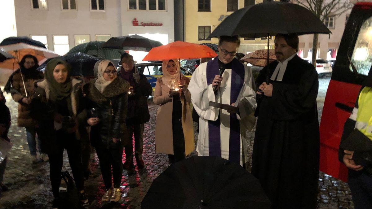 Mahnwachenteilnehmer in Höchstädt, rechts im Bild die Geistlichen Daniel Ertl von der Katholischen und Wolfram Andreas Schrimpf von der Evangelischen Kirche