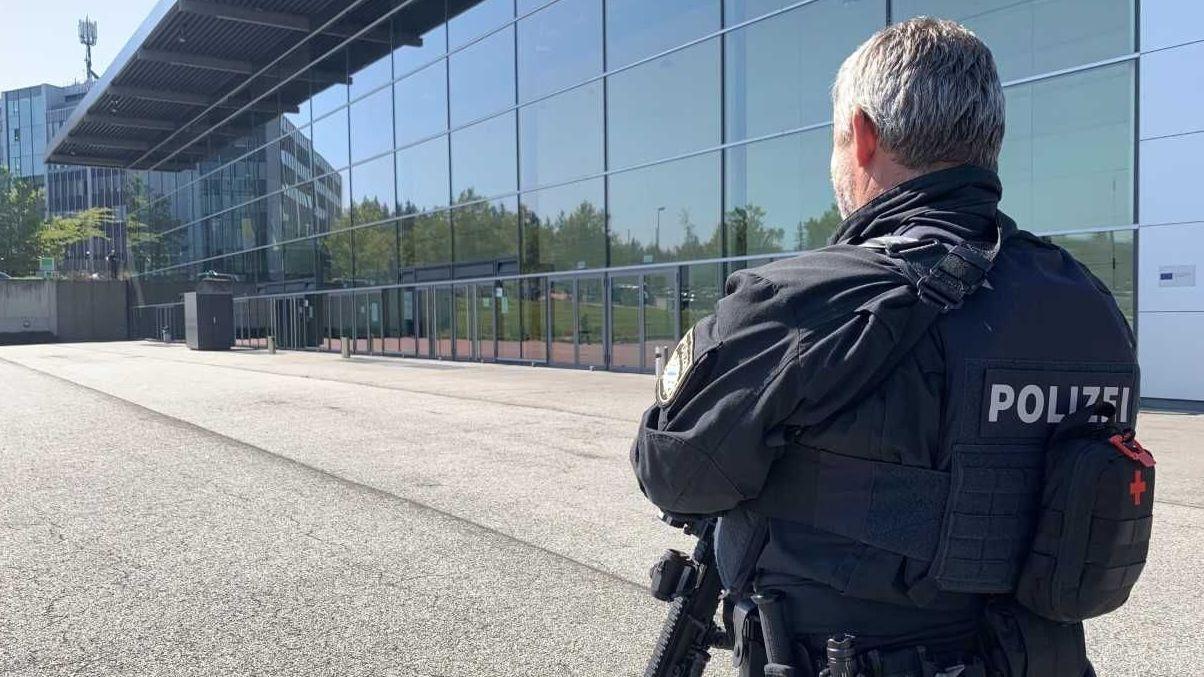 Bewaffnete Polizeibeamte vor der Passauer Dreiländerhalle