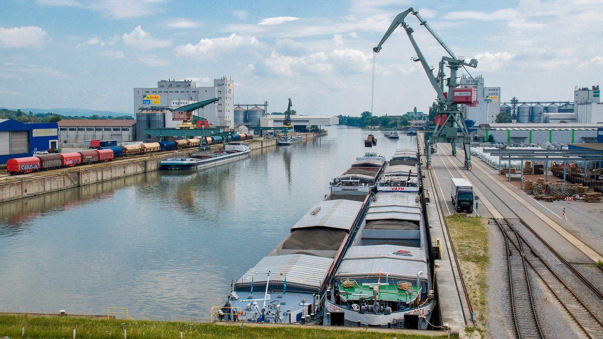 Frachtschiffe am Bayernhafen Regensburg.