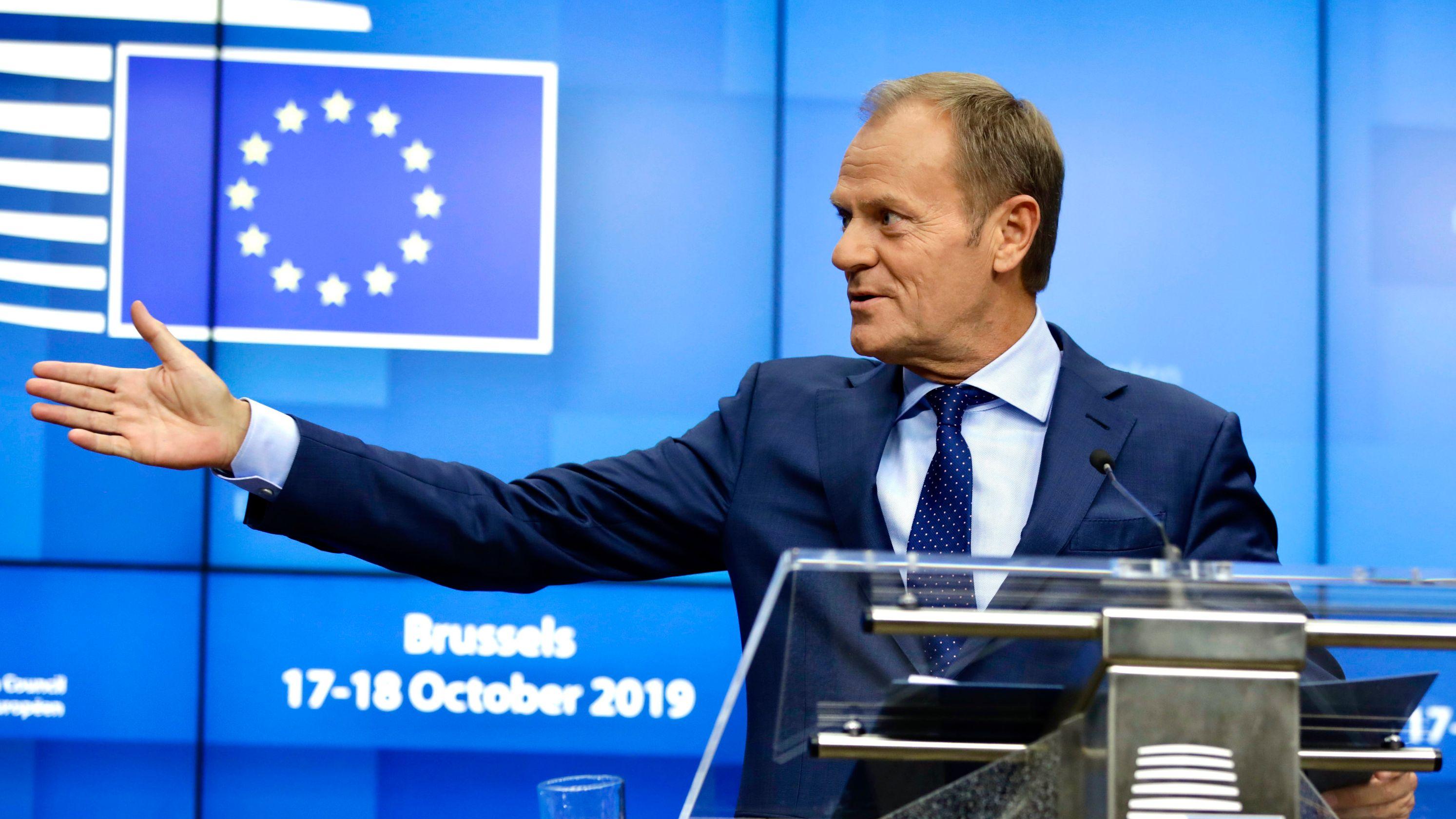 Belgien, Brüssel: Donald Tusk, Präsident des Europäischen Rates, gestikuliert bei einer Pressekonferenz.