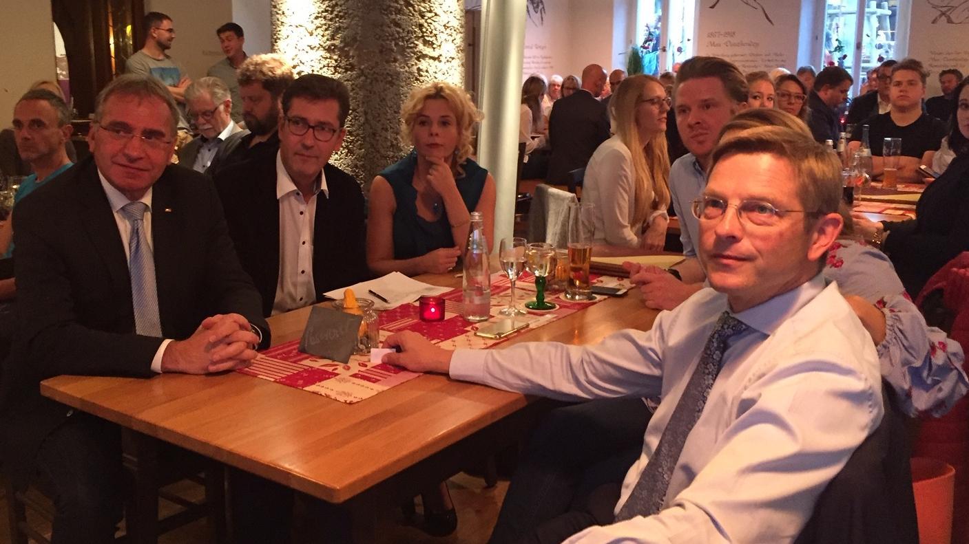 Betretene Gesichter in der Würzburger CSU nach der ersten Prognose. Landtagsabgeordneter Oliver Jörg (rechts) könnte sein Mandat verlieren.