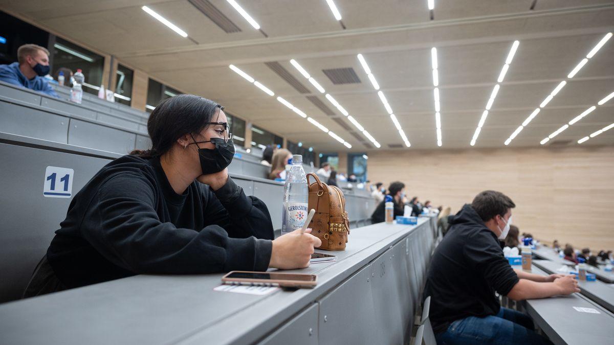 Studierende mit Mund- und Nasenmaske sitzen in der Begrüßungsveranstaltung für Studierende im ersten Semester an der Universität Hohenheim am 29.10.2020 in Baden-Württemberg