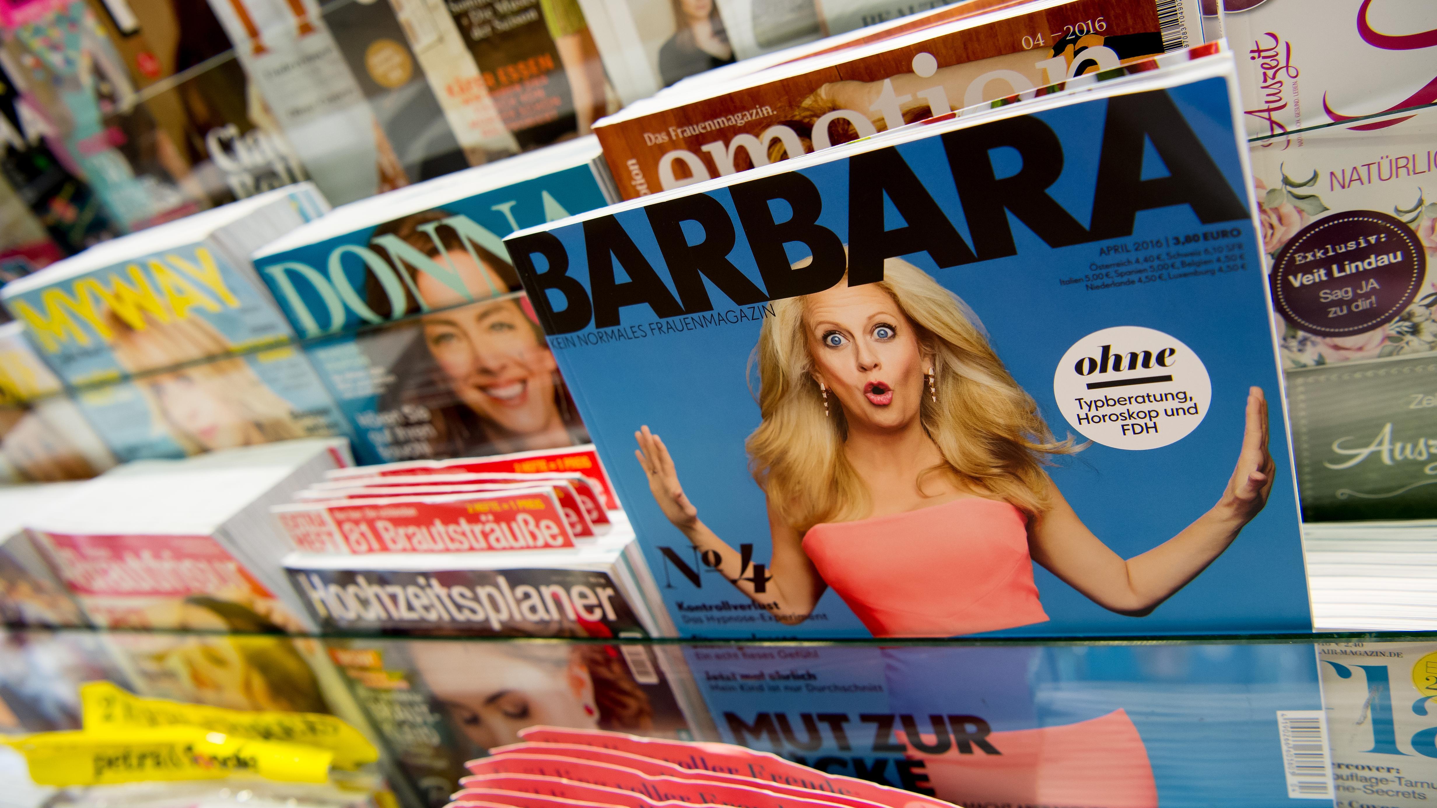 """Eine Ausgabe des Magazins """"Barbara"""" in einem Zeitschriftenregal."""