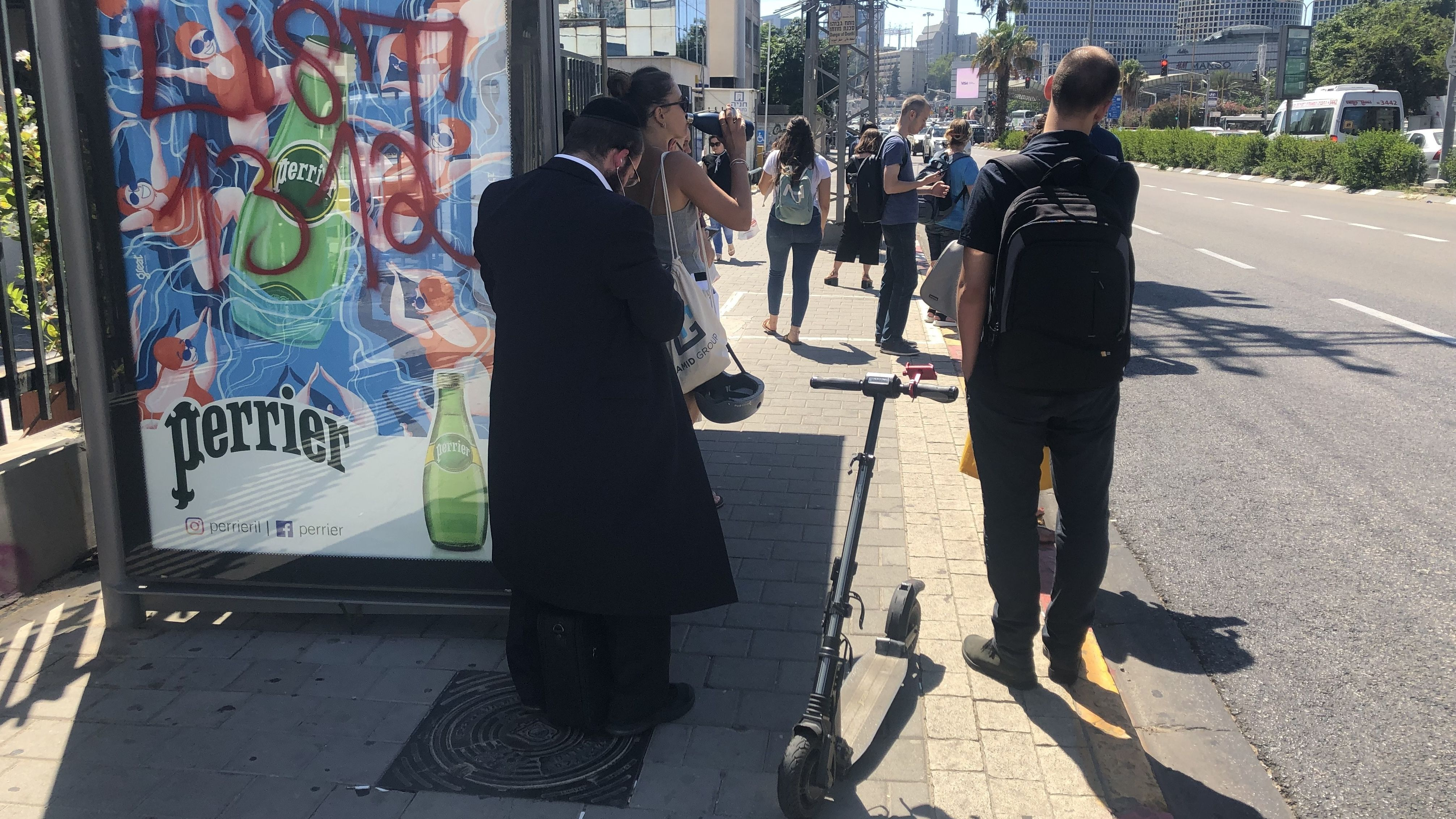 In Zukunft will die Stadt das Parken der E-Scooter regulieren und eigene Stellflächen markieren.